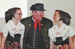 Hand Klecker mit Frauen vom Sorbischen Ensemble, Foto: Gerd Münzberg Oberlausitzer Frühling